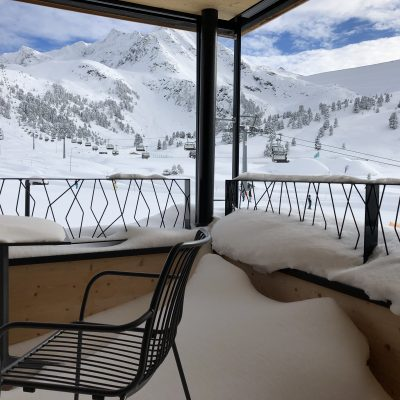 Verschneite Terrasse einer Ferienwohnung am Skigebeit Kühtai