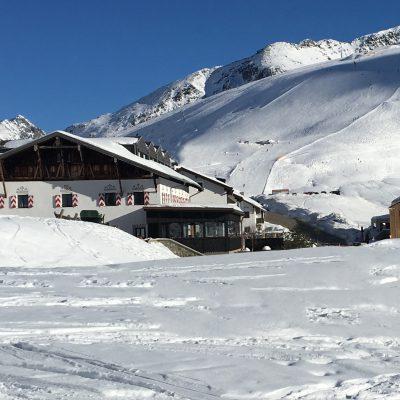 Blick von Westen auf das Jagdschloss Resort Kühtai