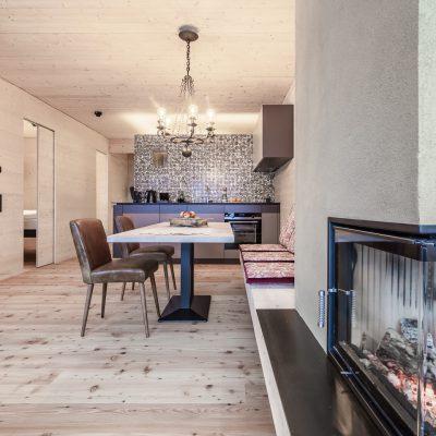 Jagschloss Resort Kühtai: Wohnbereich mit Kamin der Ferienwohnungen